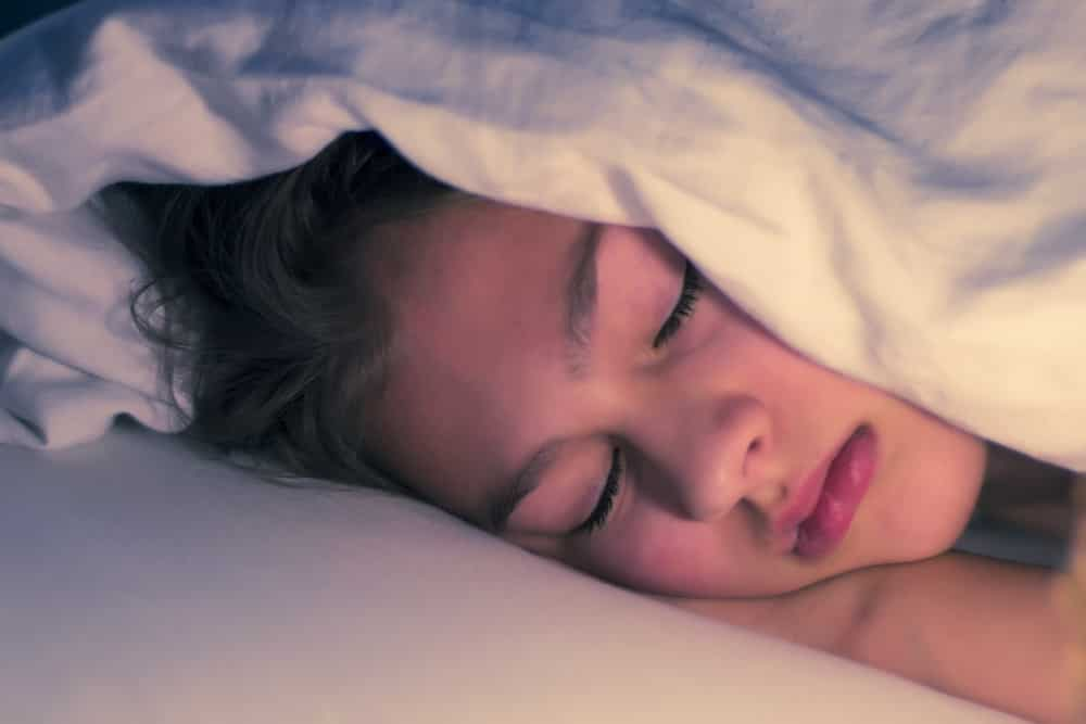 Why You Should Sleep Without A Pillow ? Know The Reasons